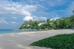 Предпосылка пляжа и голубого неба стоковые изображения