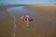 Предпосылка пляжа летнего отпуска с тапочками от песка на b стоковая фотография rf