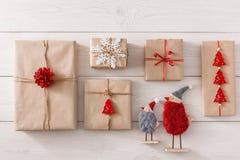 Предпосылка подарков на рождество на белой древесине Стоковое Изображение RF