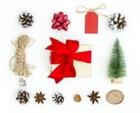 Предпосылка поздравительной открытки Нового Года Xmas рождества Игрушки дерева Chtistmas, звезды анисовки, конусы ели, веревочка, стоковое изображение rf