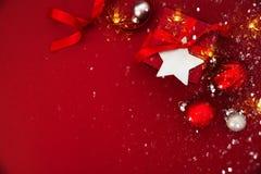Предпосылка праздника рождества и Нового Года Поздравительная открытка Xmas зима снежка положения праздников мальчика стоковые фотографии rf