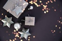Предпосылка праздника рождества и Нового Года Поздравительная открытка Xmas зима снежка положения праздников мальчика стоковые фото