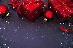 Предпосылка праздника рождества и Нового Года Поздравительная открытка Xmas зима снежка положения праздников мальчика стоковое изображение rf