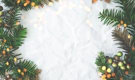 Предпосылка праздника рождества и Нового Года Поздравительная открытка Xmas зима снежка положения праздников мальчика стоковая фотография