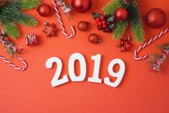 Предпосылка праздника рождества с 2019 Новыми Годами, украшениями и стоковое фото