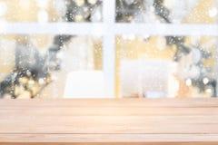 Предпосылка праздника рождества с пустой деревянной таблицей стоковые фотографии rf