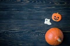 Предпосылка праздника хеллоуина с тыквами и печеньями Стоковые Изображения