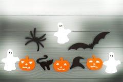 Предпосылка праздника хеллоуина с 3 тыквами, котом, пауком, летучими мышами, шляпой и 3 призраками Стоковое фото RF