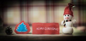 предпосылка праздничная снеговик игрушки и слова с Рождеством Христовым o стоковая фотография