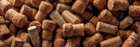 Предпосылка пробочек вина на предпосылке dakr каменной стоковое изображение