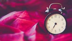 Предпосылка промежутка времени винтажная с ретро будильником на таблице сток-видео