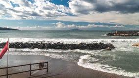 Предпосылка промежутка времени, волны моря, шторм, дождевые облака над красивым заливом Сорренто в Италии акции видеоматериалы