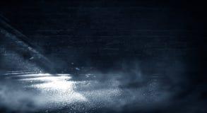 Предпосылка пустой темн-черной комнаты Пустые кирпичные стены, света, дым, зарево, лучи стоковые изображения rf