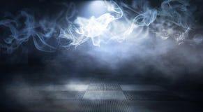 Предпосылка пустой темн-черной комнаты Пустые кирпичные стены, света, дым, зарево, лучи стоковое изображение