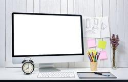 Предпосылка рабочего места для дизайнеров с пустым белым moder экрана Стоковое Изображение