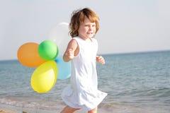 предпосылка раздувает детеныши моря девушки счастливые Стоковое Изображение RF