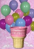 предпосылка раздувает льдед сливк конуса дня рождения цифровой стоковое изображение