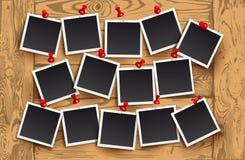 Предпосылка реалистических рамок фото с красными штырями на деревянной текстуре Дизайн фото шаблона ретро также вектор иллюстраци Стоковые Фото
