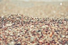Предпосылка ровных цветастых камней пляжа стоковая фотография
