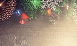 Предпосылка рождества винтажная деревянная Граница Coniferous ветвей и снежинок Стоковое Изображение RF