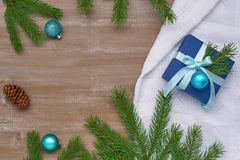 Предпосылка рождества голубой подарочной коробки с лентой, смычком и шариком Стоковое Изображение RF
