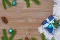 Предпосылка рождества голубой подарочной коробки с лентой, смычком и шариком Стоковое Изображение
