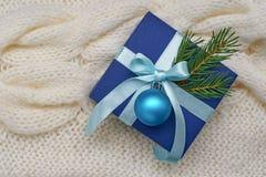 Предпосылка рождества голубой подарочной коробки с лентой, смычком и шариком Стоковые Изображения RF