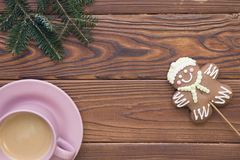Предпосылка рождества деревенская деревянная с ветвями и кофе ели Стоковая Фотография