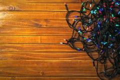 Предпосылка рождества деревенская - древесина с красочными светами стоковое фото rf