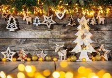 Предпосылка рождества деревенская с деревянным украшением стоковое изображение rf