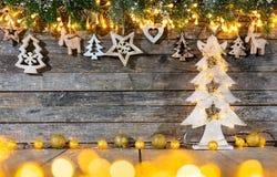 Предпосылка рождества деревенская с деревянным украшением стоковое изображение