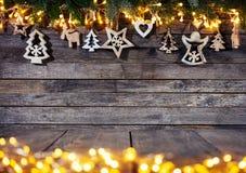 Предпосылка рождества деревенская с деревянным украшением стоковая фотография