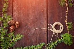 Предпосылка рождества деревянная Ветви ели с конусами ели Взгляд сверху скопируйте космос Стоковые Изображения