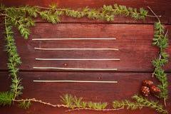 Предпосылка рождества деревянная Ветви ели с конусами ели Взгляд сверху скопируйте космос Стоковая Фотография RF
