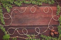Предпосылка рождества деревянная Ветви ели с конусами ели Взгляд сверху скопируйте космос Стоковая Фотография