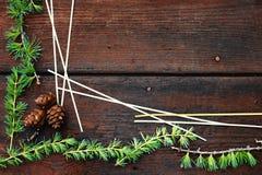 Предпосылка рождества деревянная Ветви ели с конусами ели Взгляд сверху скопируйте космос Стоковое Изображение