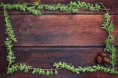 Предпосылка рождества деревянная Ветви ели с конусами ели Взгляд сверху скопируйте космос Стоковое Фото