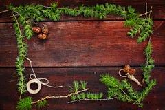 Предпосылка рождества деревянная Ветви ели с конусами ели Взгляд сверху скопируйте космос Стоковые Фото