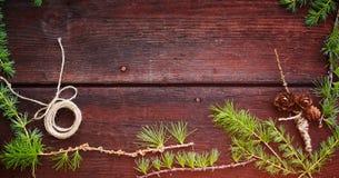Предпосылка рождества деревянная Ветви ели с конусами ели Взгляд сверху скопируйте космос Стоковое Изображение RF