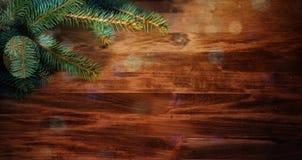 Предпосылка рождества деревянная с ветвями и шариками ели Стоковое Изображение