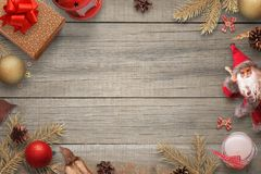 Предпосылка рождества деревянная с украшением рождества, елью разветвляет, подарки, кукла Санты, свеча, шарики, фонарик Стоковое Изображение
