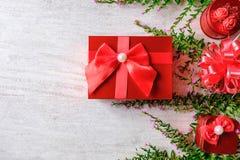 Предпосылка рождества и красная подарочная коробка с рождественской елкой стоковое фото rf