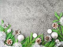 Предпосылка рождества и счастливого Нового Года серая каменная Взгляд сверху, космос экземпляра, воинский stile Ветви ели, серебр Стоковая Фотография RF