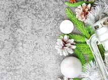 Предпосылка рождества и счастливого Нового Года серая каменная Взгляд сверху, космос экземпляра, воинский stile Ветви ели, серебр Стоковые Фото