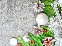 Предпосылка рождества и счастливого Нового Года серая каменная Взгляд сверху, космос экземпляра, воинский stile Ветви ели, серебр Стоковые Изображения