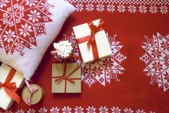 Предпосылка рождества красная и белая с подарками Стоковая Фотография RF