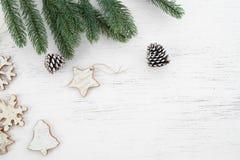 Предпосылка рождества - листья ели и деревенские элементы украшая на белой древесине стоковые изображения rf