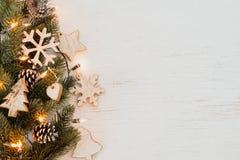 Предпосылка рождества - листья ели и деревенские элементы украшая стоковые фото