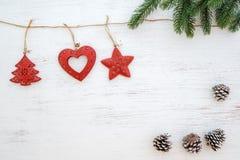 Предпосылка рождества - листья ели и деревенские элементы украшая стоковые изображения