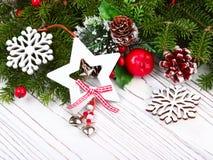 Предпосылка рождества на белом деревянном столе Стоковые Изображения RF